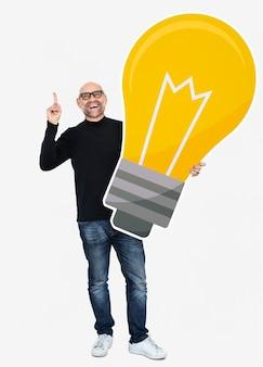 Uomo che mostra un'icona di lampadina