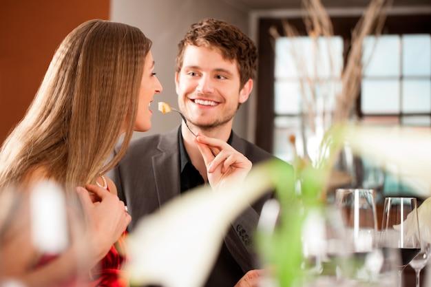 Uomo che nutre la sua ragazza