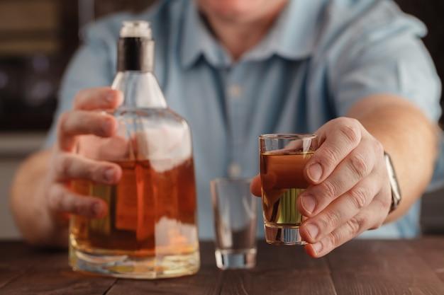 Uomo che offre qualche colpo di alcol come soluzione ai tuoi problemi