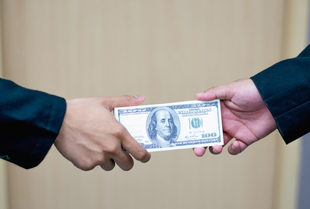 Uomo che offre una serie di centinaia di banconote da un dollaro