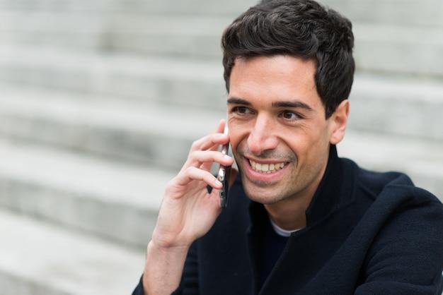Uomo che parla al telefono