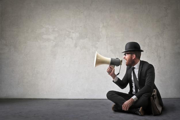 Uomo che parla in un megafono