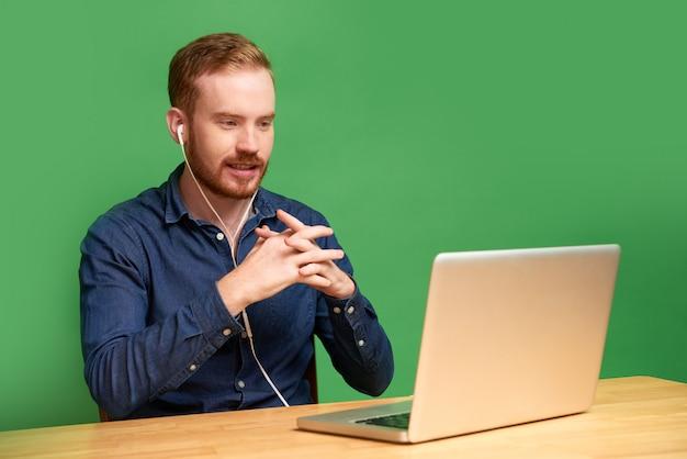 Uomo che partecipa al colloquio di lavoro video