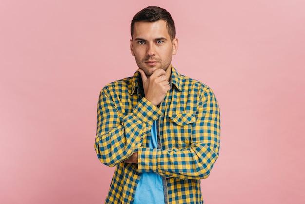 Uomo che pensa a qualcosa con fondo rosa