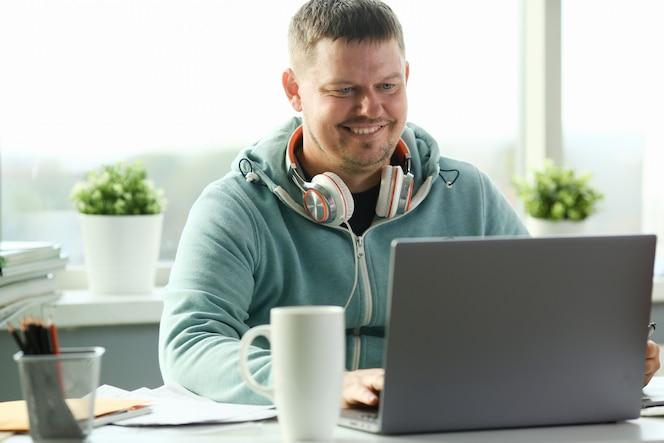 Uomo che per mezzo del computer portatile