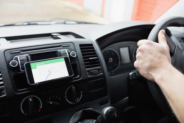 Uomo che per mezzo del suo smartphone come sistema di navigazione