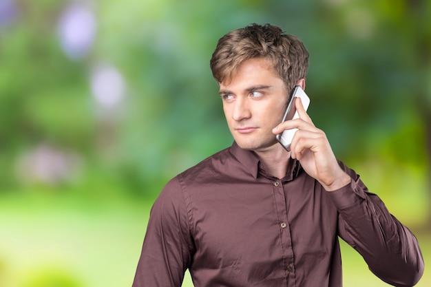 Uomo che per mezzo del telefono cellulare