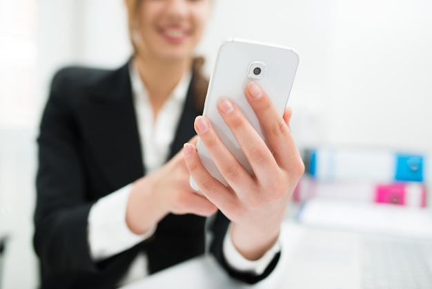 Uomo che per mezzo di uno smart phone
