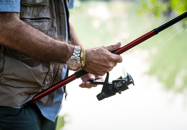 Uomo che pesca in un lago