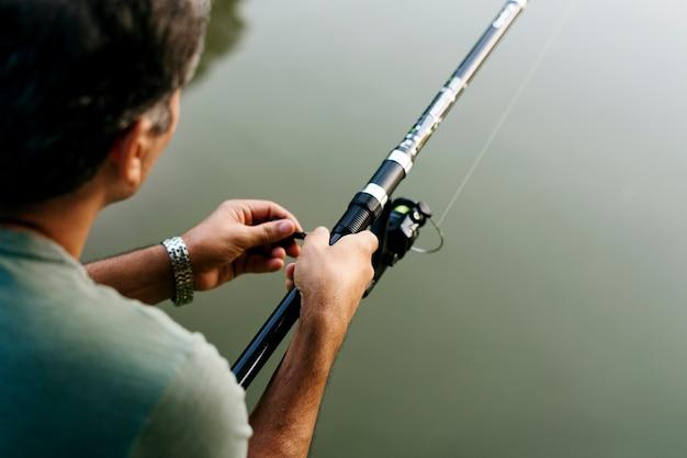 Uomo che pesca nella giungla