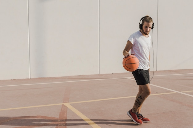 Uomo che pratica il basket in tribunale