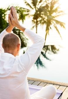 Uomo che pratica yoga al mattino