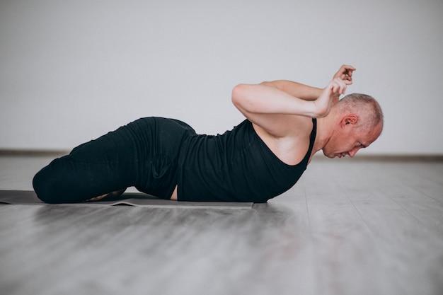 Uomo che pratica yoga in palestra