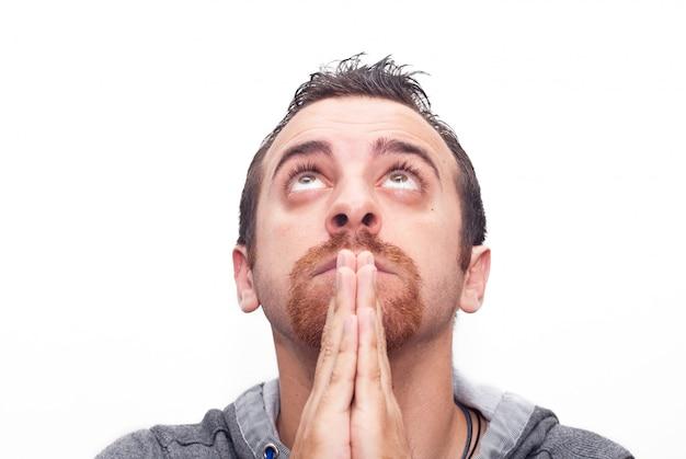 Uomo che prega e che osserva in su