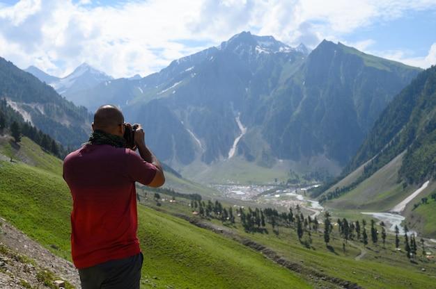 Uomo che prende foto della montagna