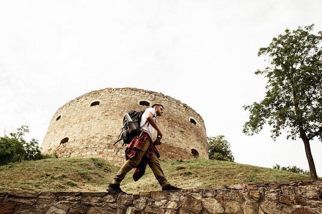 Uomo che prende le foto delle rovine del castello