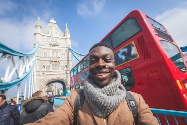 Uomo che prende selfie a londra con tower bridge