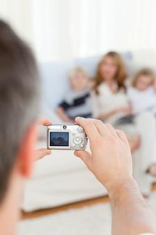 Uomo che prende una foto della sua famiglia