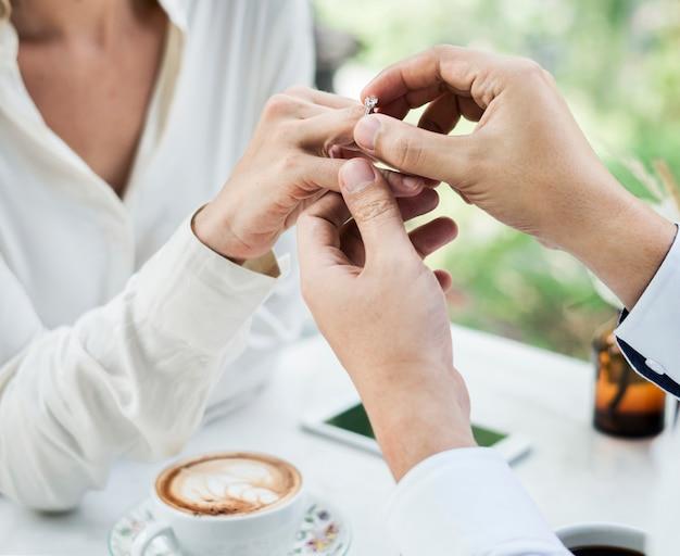 Uomo che propone fidanzata con anello di diamanti