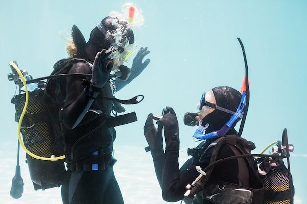 Uomo che propone il matrimonio in attrezzatura subacquea
