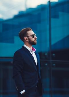 Uomo che propone in vestito alla moda