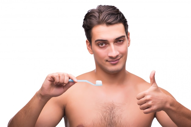 Uomo che pulisce i suoi denti isolati su bianco