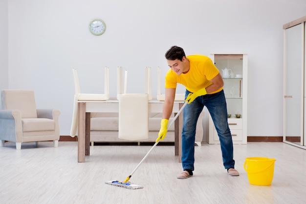 Uomo che pulisce la casa aiutando sua moglie