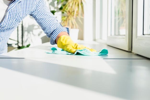 Uomo che pulisce la sua casa