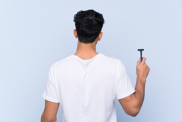 Uomo che rade la barba in posizione posteriore
