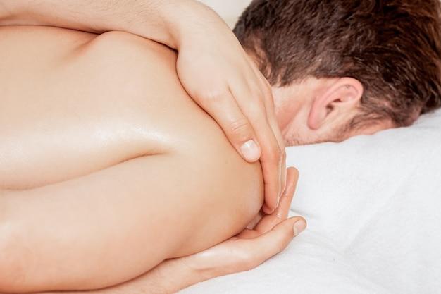Uomo che riceve il massaggio sulla spalla