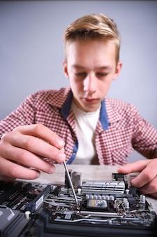 Uomo che ripara computer rotto