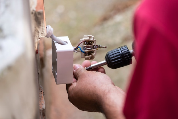 Uomo che ripara l'installazione elettrica