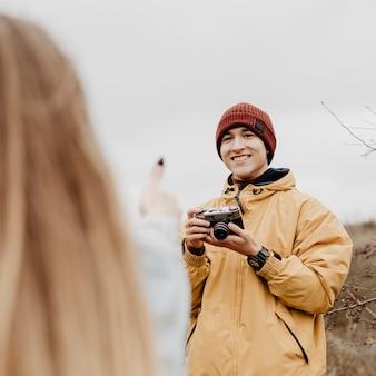 Uomo che scatta foto dei suoi amici