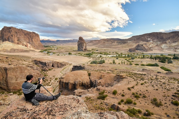 Uomo che scatta foto nel deserto della patagonia