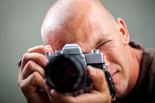 Uomo che scatta foto