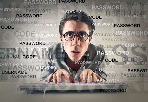 Uomo che scrive la password