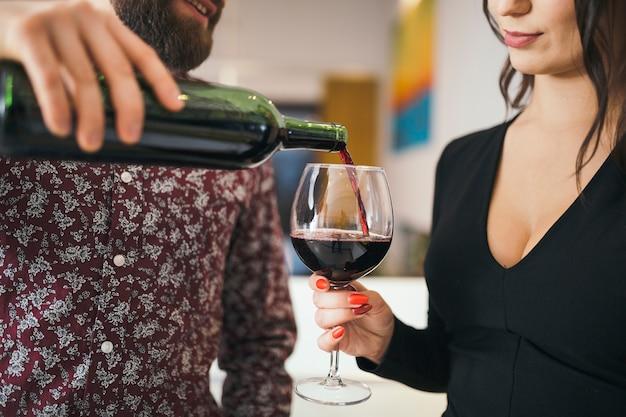 Uomo che serve vino per donna che ha data