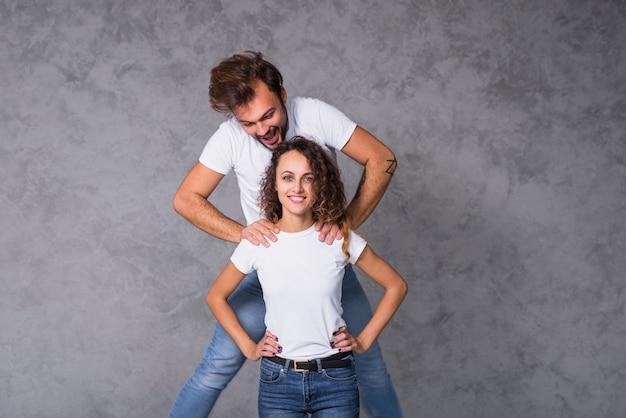 Uomo che si alza sulle spalle della donna