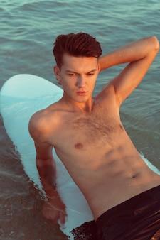 Uomo che si distende dopo il surf