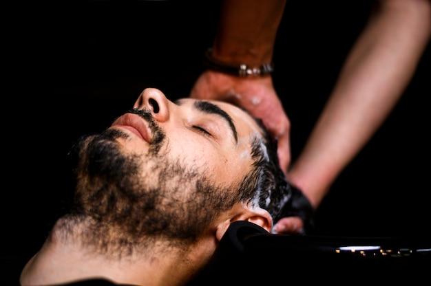 Uomo che si lava i capelli al salone