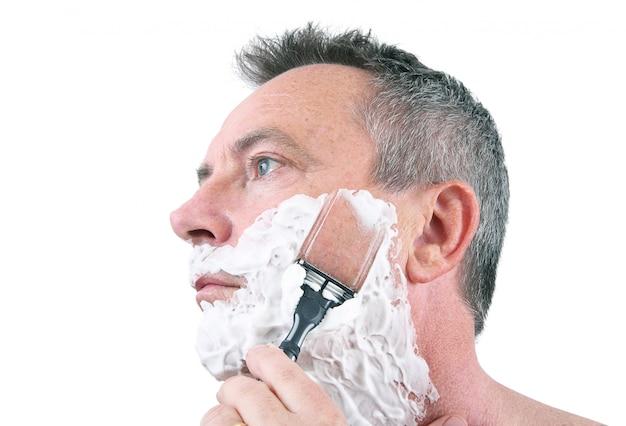 Uomo che si rade con il rasoio