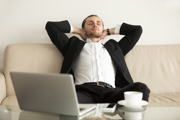 Uomo che si rilassa dopo aver completato un lavoro importante
