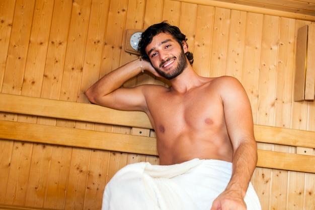 Uomo che si rilassa in una sauna