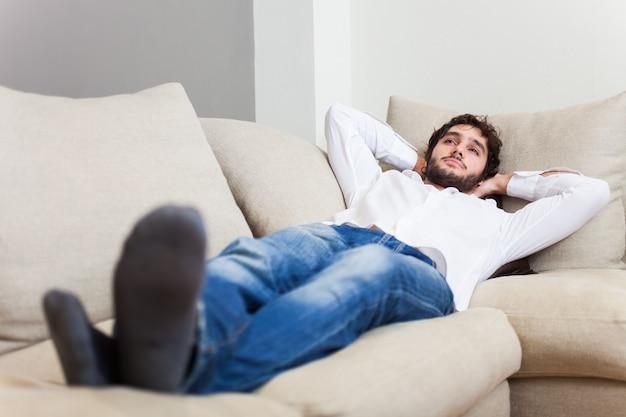 Uomo che si rilassa sul suo divano