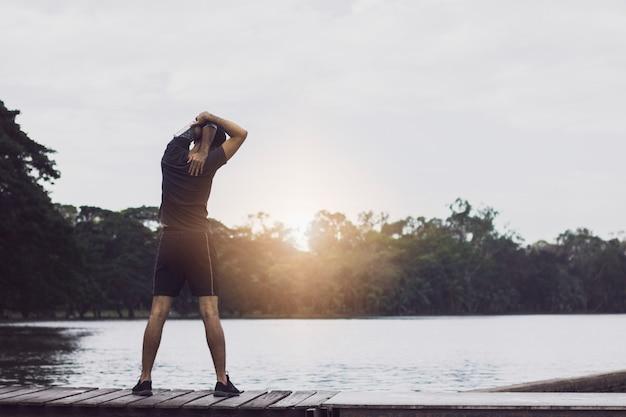 Uomo che si sviene e si esercita prima di correre