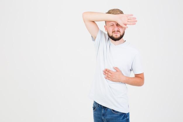 Uomo che soffre di mal di stomaco