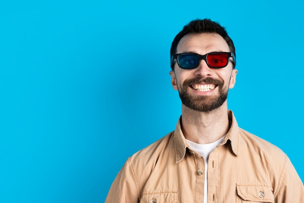 Uomo che sorride mentre indossa gli occhiali per il film