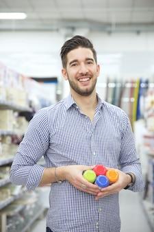 Uomo che sostituisce i prodotti in un negozio