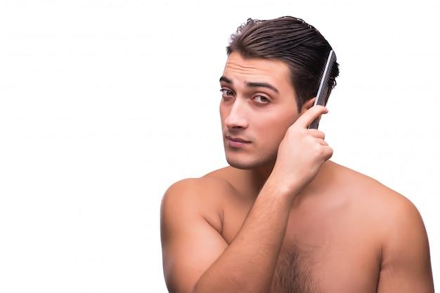 Uomo che spazzola i suoi capelli isolati su bianco
