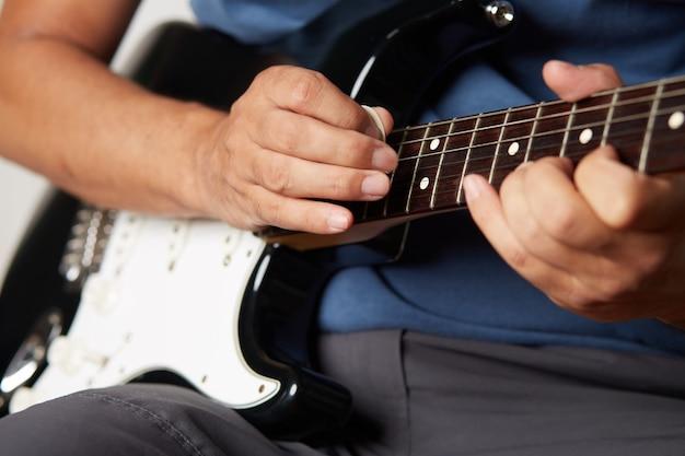 Uomo che suona la chitarra